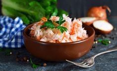 Fruchtiger Karotten-Selleriesalat mit frischen Sprossen