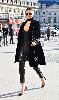 Miranda Kerr, look all black, todo preto, elegante calça de couro, scarpin, choker
