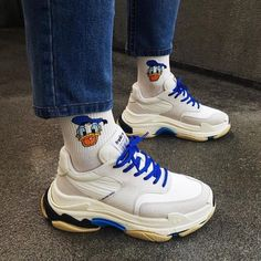 Trendy Socks You Should Wear. Sock Shoes, Cute Shoes, Me Too Shoes, Souliers Nike, Air Max Sneakers, Shoes Sneakers, Sneakers Fashion, Winter Mode, Mode Style