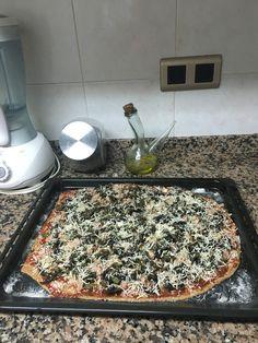 Pizza espinaca y queso mozzarella.