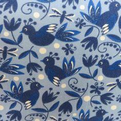 Vögel blau auf hellblauem Grund
