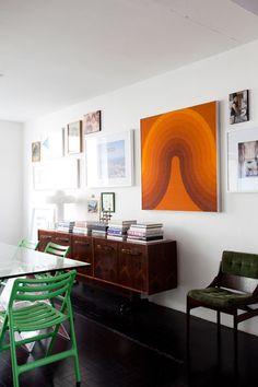 Na parede, mais obras de artistas brasileiros como Só Vendo a Vista, Marepe, Barsotti e Ernesto Neto, além do tecido Panton trazido de Berlim e a foto de infância ao lado do irmão.