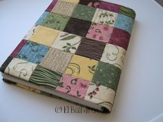 Tutorial: Patchwork notebook lining «El Baúl de Cris The actual Fall/Winter fashion displayed at Notebook Covers, Journal Covers, Patchwork Hexagonal, Tutorial Patchwork, Needle Book, Patchwork Bags, Patch Quilt, Learn To Sew, Bookbinding