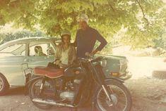 Sommerlich: Mein Großvater, mit seinem Pannonia Motorrad (Typ T5). Der Typ 3 hinten gehört zur Frau neben meinem Großvater. Die Aufnahme stammt aus den späten 1970er Jahren.  Text und Bild: Lovas Botond
