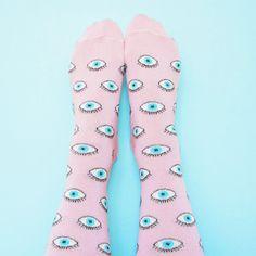 Voici les chaussettes Yeux à paillettes Coucou Suzette!  Taille Unique (A peu près 36-41) Composition: 72% Coton, 27% Polyamide, 1% Elastane, Fils paillettés.  Réalisés en France en édition limitée.