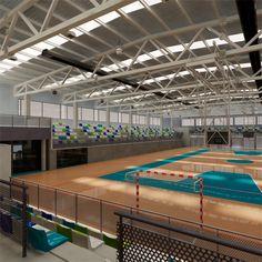 Polideportivo multifuncional con pistas exteriores | extraBold Creative Studio