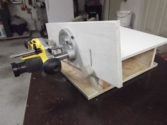 """He graciously provided more detailed pics and measurements so I could """"reverse engineer"""" his table. Table top is and the fence is Router is a DeWALT 6182 plunge. Dremel Router, Router Jig, Wood Router, Router Table Top, Router Table Plans, Woodworking Basics, Woodworking Plans, Table Saw Accessories, Tricks"""