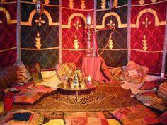 Marokkaanse tent en inrichting met de typische warme kleuren.