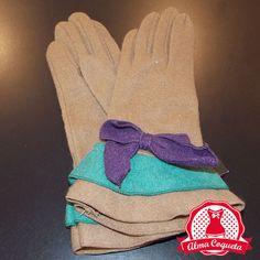Guante de de lana en color marrón, adornado con dos volantes en marrón y verde y con un lazo en color morado. Muy calentito para este invierno.#guantes #fashion #retro  #marron #verde #morado #crema #almacoqueta #leonesp #invierno #volantes  #lazo