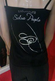 #SalsaPeople - Fashion - Wir bieten T-Shirts, Hosen mit und ohne seitlichem Schlitz, Trainer in verschiedenen Farben -  schwarz, rot, grau und blau für Männer & Frauen.