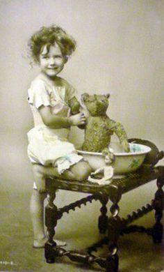 images of antique teddy bears Vintage Children Photos, Vintage Pictures, Old Pictures, Vintage Images, Old Photos, Old Teddy Bears, Antique Teddy Bears, Vintage Illustration, Luge