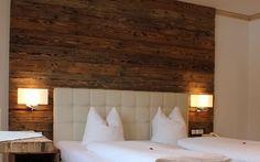 Restructuration complète de chambres d'hotels avec création d'un espace bains plus large. Mur de la chambre réalisé en poutres de bois vieillies, et tete de lit capitoné en ecopelle. Procédé utilisé également pour la création originale des chevets et...