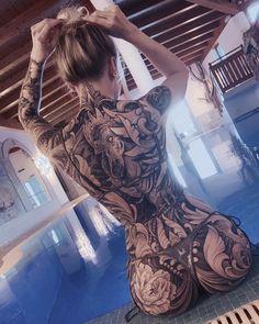 Худая брюнетка с татуировкой на всю спину