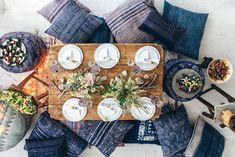 mesa posta casual com jeans e elementos rústicos.