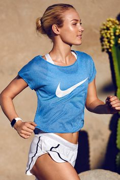 Take the heat in stride with the Nike City Cool Swoosh Women's Running Top. With breathable fabric and a semi sheer style, you'll stay comfortable from mile 1 to mile 13.1.
