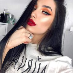 Smokey Eyes with Red lips are a classic Makeup trend of Be glamorous and stylish with this unique makeup. Read Smokey Eyes ideas with Red Lips here. Makeup Goals, Makeup Tips, Beauty Makeup, Eye Makeup, Hair Makeup, Hair Beauty, Glam Makeup, Makeup Geek, Makeup Tutorials