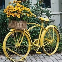 doesn't matter how many old bikes turned planters for yard art I see, I really love the charm it brings. Have to do one this year for sure. Old Bicycle, Old Bikes, Bicycle Decor, Bicycle Basket, Bicycle Art, Vintage Bike Decor, Bicycle Design, Fleur Design, Decoration Originale