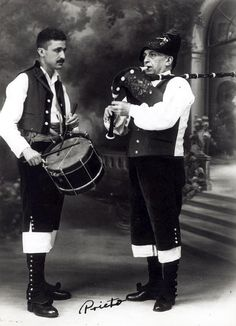 Spanish bagpipes and drum. Europe, Drums, Celtic, Spanish, The Past, Music Instruments, Costumes, Concert, Couples