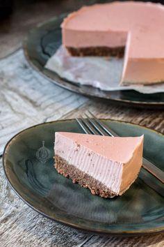 Goat Cheese Cake with Hazelnut, Easy and Cheap - Clean Eating Snacks Cheap Clean Eating, Clean Eating Snacks, Pie Dessert, Dessert Recipes, Lunch Recipes, Low Carb Cheesecake, Strawberry Cheesecake, Salty Cake, Savoury Cake