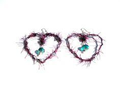 Συρμάτινες καρδιές με πετρόλ και μοβ κλωστές, πετρόλ κρυστάλλους και άσπρα μαργαριταράκια. Wired hearts with petrol and purple threads, crustals and  white pearls.