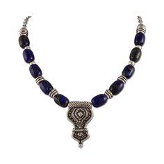 Collar Afganistan Étnico y elegante, este collar está creado con piezas de lapislázuli evocando las joyas afganas. Cuenta con varias piezas asimétricas y un colgante principal de estética tribal. Todos de zamak y un baño de plata de 6 micras. ¡Sé la más original!
