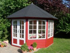 Dieses 5-Eck-Gartenhaus passt in jeden Garten: Klassisch in Schwedenrot und Weiß lackiert.