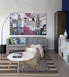 Que tal essa sala de estar moderna e jovem para se inspirar na decor da sua casa? Nós adoramos a sobreposição de tapetes e o sofá de pé palito combinou com a mesa de pé palito ♡