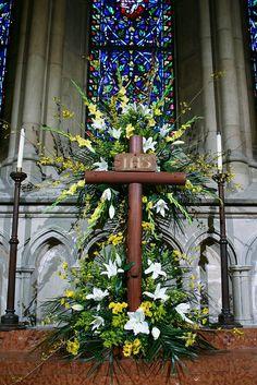 Ideas for an outdoor Easter garden. Altar Flowers, Church Flower Arrangements, Church Flowers, Easter Altar Decorations, Flower Decorations, Pictures Of Jesus Christ, Easter Garden, Easter Religious, Church Banners