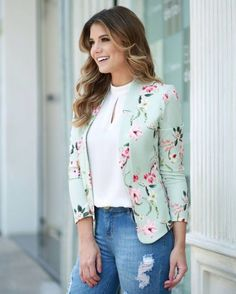 Image may contain: 1 person Casual Chic Outfits, Office Outfits, Blazer Floral, Blazer Fashion, Fashion Outfits, Moda Do Momento, Look Blazer, Blazer Pattern, Blazers