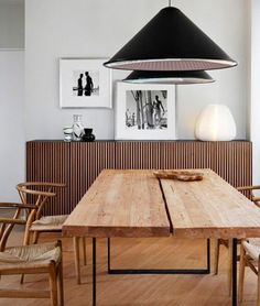 tablones de madera natural sobre patas de pletina de hierro negro / Industrial chic