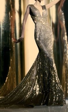 Reminiscent of old Hollywood glamour and movie stars. -via walkingthruafog: Sparkling evening gown Fashion Week, Look Fashion, High Fashion, Fashion Tips, Costura Fashion, Vintage Mode, Old Hollywood Glamour, Glitz And Glam, Beautiful Gowns