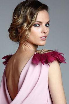 vestido largo drapeado rosa palo con hombrreras doradas y plumas de apparentia collection online