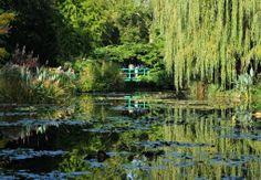 莫內花園 熱門觀光景點  位於吉維尼的莫內花園(見圖,記者林澔一攝影),是印象派大師晚年創作的主要繆思,現在則是法國熱門的觀光景點;花園中的一草一木,包括睡蓮、垂柳、鳶尾,以及莫內親手建造的日本橋,依然保持當年模樣。 莫內在1883年選擇定居於此,花了許多心力經營這片佔地約8千平方公尺的土地,甚至挖水池、引塞納河水,種植他最愛的睡蓮與垂柳,營造充滿東方情調的園林景觀,也完成他的畢生最美麗的傑作