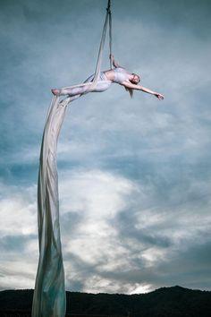 ITAP of my friend on her aerial silks Aerial Dance, Aerial Gymnastics, Aerial Hammock, Aerial Hoop, Aerial Arts, Circus Photography, Amazing Photography, Arial Silks, Leelah