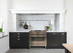 Black and White Kitchen Shaker Kitchen, Kitchen Pantry, Kitchen Dining, Kitchen Cabinets, Dark Cabinets, Cupboards, Kitchen Hoods, Range Cooker, Kitchen Gallery