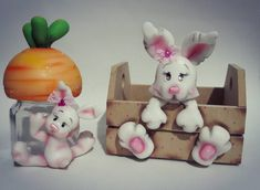 Coelhos Cat Sweaters, Fondant Tutorial, Pasta Flexible, Bottles And Jars, Cold Porcelain, Polymer Clay, Rabbit, Bunny, Diy Crafts