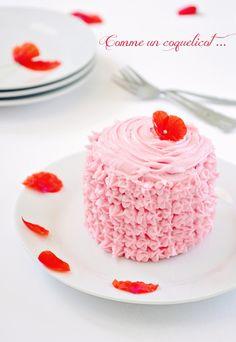 J'ai commandé il y a quelques temps un coffret de douilles Wilton qui attendait sagement d'être utilisé, je dois avouer que j'avais un peu peur de me lancer dans la décoration de gâteau. Et puis finalement je me suis prise au jeu, j'ai fait dans la simplicité... Flower Food, Sweet Recipes, Pretty In Pink, Panna Cotta, Pudding, Cooking, Ethnic Recipes, Desserts, Layer Cakes