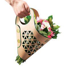 Польский дизайнер Адам Грош разработал сумку для транспортировки свежих цветов. Переноска Bluma из высококачественного картона сохранит букет в целости и сохранности.