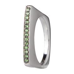 Sortija en oro blanco de 18 kilates con granate verde. 18K white gold ring with green garnet