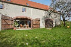 Terrasse hinter großen Toren: In dieser umgebauten Scheune im sächsischen Frankenthal wohnt die Architektin Anja Klinger mit ihrer Familie
