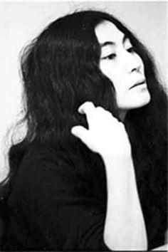 Yoko Ono est une artiste avant-gardiste et multicarte à  l'oeuvre relativement peu connue hors des cercles spécialisés. Cette mystérieuse japonaise est célèbre pour être devenue la muse d'une des plus grandes rock-star de tous les temps, John Lennon