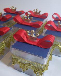 Linda caixa acrílica com aplicação em renda e coroa dourada, podendo ser adaptada com outras combinações de cores