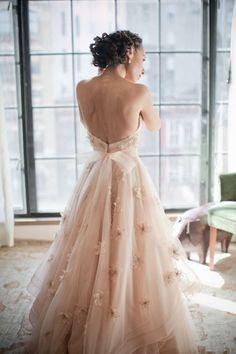 El vestido de novia rosado | Noviatica | Novias Costa Rica http://noviaticacr.com/6-buenas-razones-para-usar-el-blush-wedding-dress/