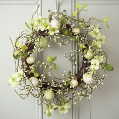 Brighten up the Easter holidays with these decorative wreaths for your home Easter Flower Arrangements, Easter Flowers, Floral Arrangements, Spring Flowers, Easter Wreaths, Christmas Wreaths, Diy Easter Decorations, Easter Crafts, Easter Ideas