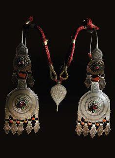 Parure de tête argent niellé, émail, corail, perles de verre I Akhssas I Sud-Ouest du Sous I Maroc I Actuellement prêtée au Musée de Montélimar pour une exposition en cours.:
