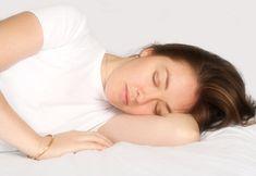 Đầu tiên, hãy xem xét tư thế ngủ: Bạn có nằm úp mặt xuống gối hay nằm sấp và nghiêng mặt như 1 chú mèo? Thật không may, bất cứ tư tế nào không phải là lưng áp xuống giường, mặt hướng lên trần nhà thì đều có thể gây ra những vấn đề thẩm mỹ ngắn hạn và dài hạn. Bởi khi úp mặt hay 1 bên má áp...