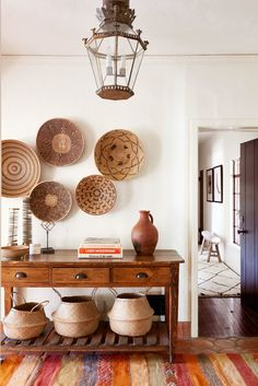 Interior Design Ideas from HOME AGAIN.Entryway or foyer with African baskets hung on wall, console table, and belly baskets. This is the Spanish hacienda house feature in HOME AGAIN movie starring Reese Witherspoon. Spanish Interior, Home Interior, Interior Design, Bohemian Interior, Interior Paint, Home Again, Reese Witherspoon House, Style Hacienda, Hacienda Decor