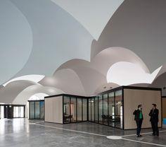 Da la sensación de estar dentro de una burbuja, muy bueno! El arquitecto Carlos Arroyo transforma una fábrica de Coca-Cola en un campus de servicios públicos en Bélgica.   diariodesign.com