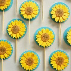 Frozen Fever Party Ideas with Sunflowers with tutorials for cupcake toppers, party banners, and favor bags, perfect for a summer Frozen themed party. Summer Cupcakes, Holiday Cupcakes, Girl Cupcakes, Birthday Cupcakes, Frozen Fever Cake, Festa Frozen Fever, Frozen Theme Party, Frozen Birthday Party, Birthday Parties