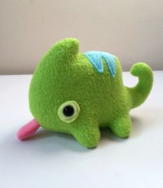 Lil Chameleon Plush by pookat on DeviantArt Cute Diys, Cute Crafts, Felt Crafts, Diy Crafts To Do, Diy Arts And Crafts, Sewing Stuffed Animals, Cute Stuffed Animals, Kawaii Plush, Cute Plush